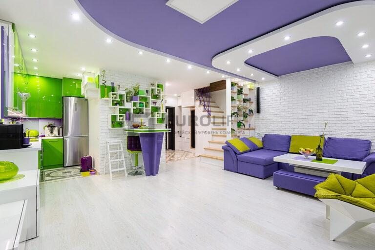 двухуровневый двухцветный потолок со светильниками в совмещенной кухне