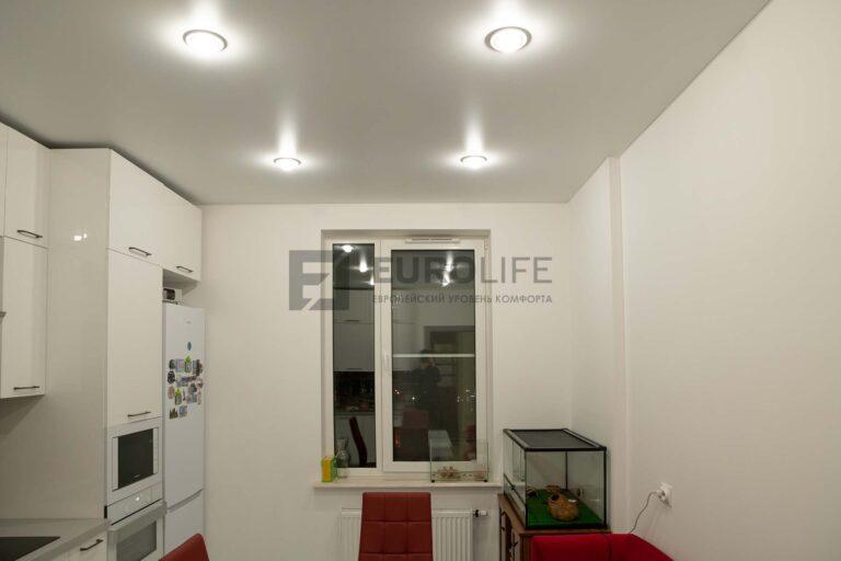 классический сатиновый потолок на кухне