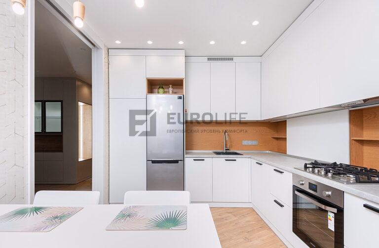 классический белый сатиновый потолок на кухне