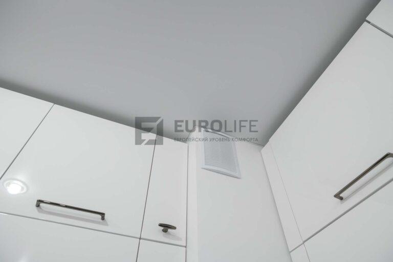 сатиновый потолок белого цвета на белой кухне
