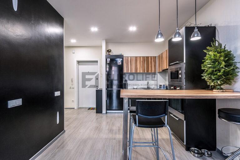 сатиновый потолок со светильниками и подвесами на кухне