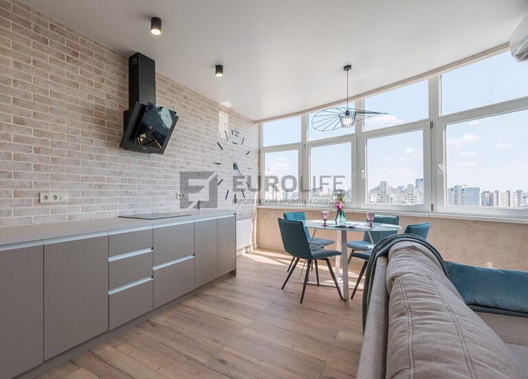 сатиновый потолок на кухне с обводом вытяжки и светильниками стаканами