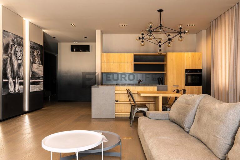 теневой потолок со скрытым карнизом в совмещенной кухне