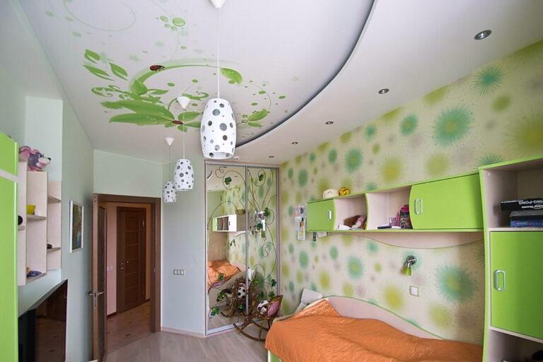 двухуровневый потолок с фотопечатью и подвесами в детской