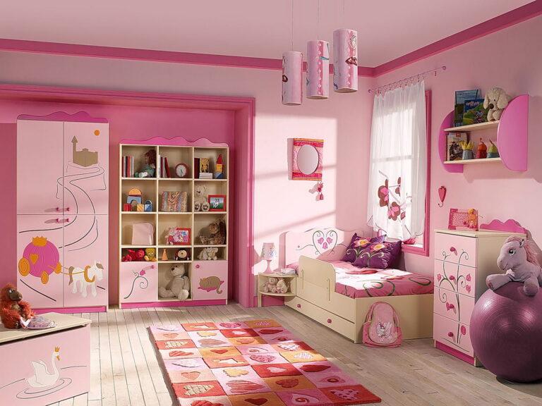 простой розовый потолок с подвесами в детской