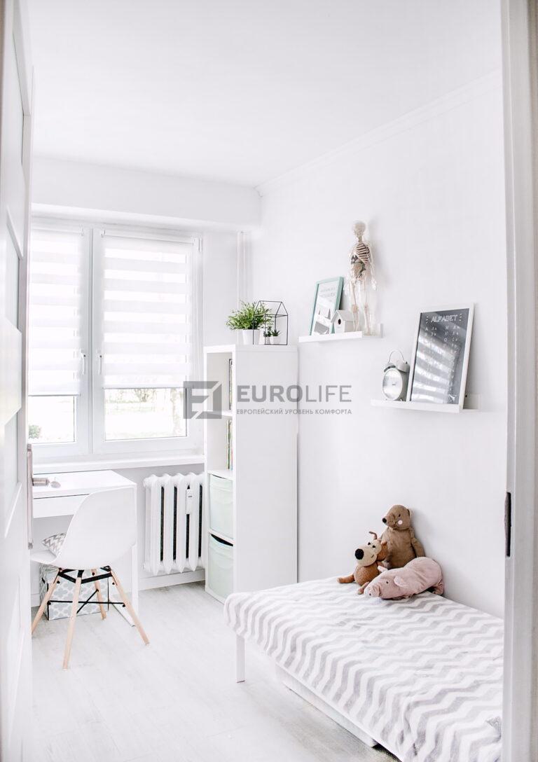 простой белый матовый потолок в детской комнате