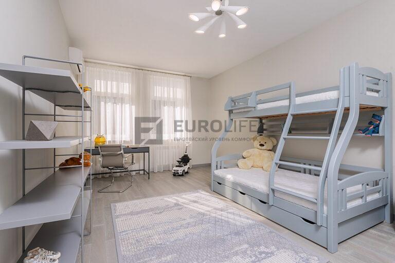 простой белый сатиновый потолок в детской