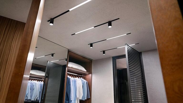 светлый сатиновый потолок с треками в гардеробной