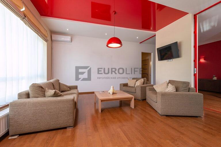 красный глянцевый и белый матовый двухуровневый потолок в гкл коробе с подвесом в гостиной