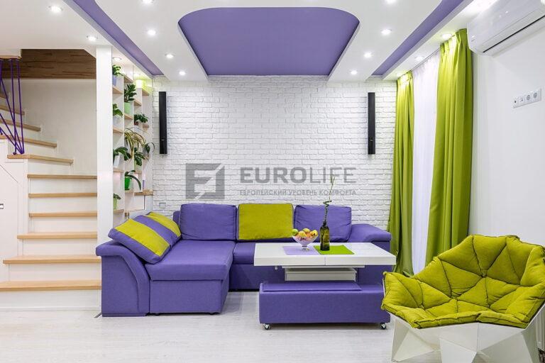 многоуровневый двухцветный потолок со светильниками в гостиной