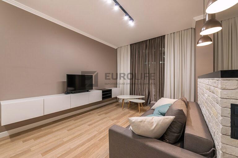 сатиновый потолок с треком и подвесами в гостиной