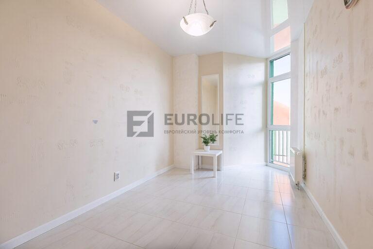 простой белый глянцевый потолок в комнате
