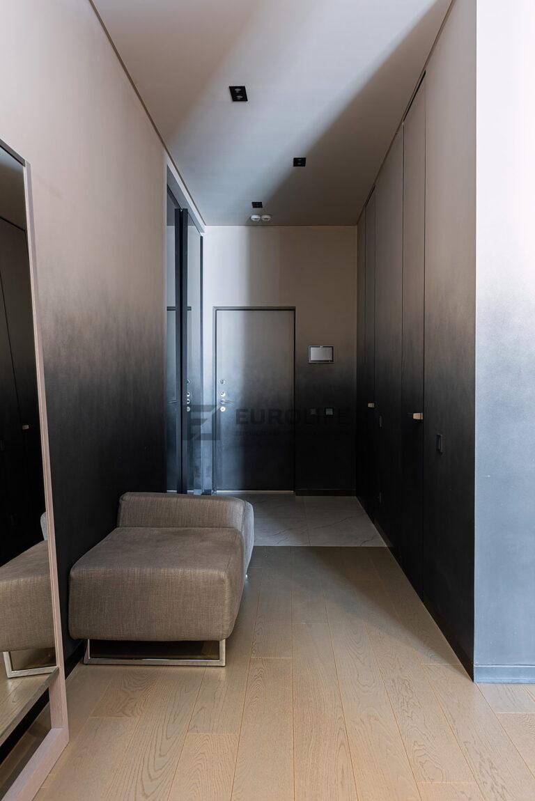 белый сатиновый теневой потолок в коридоре