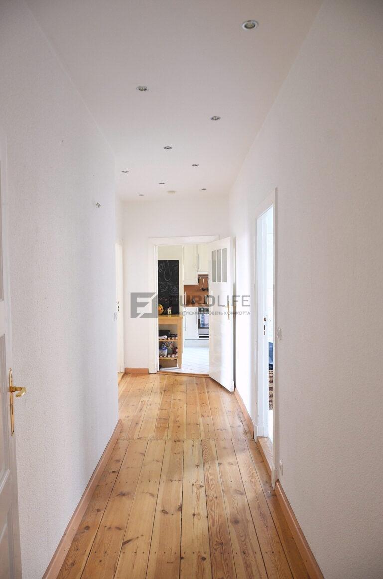 простой белый матовый потолок с точечными светильниками в коридоре