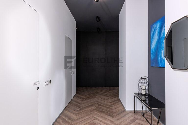 серый матовый потолок с интересными светильниками в коридоре