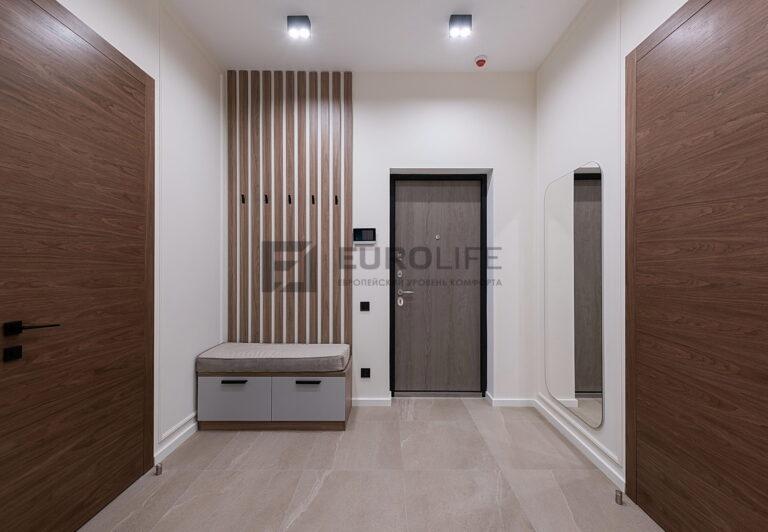 белый потолок с двойными светильниками в прихожей