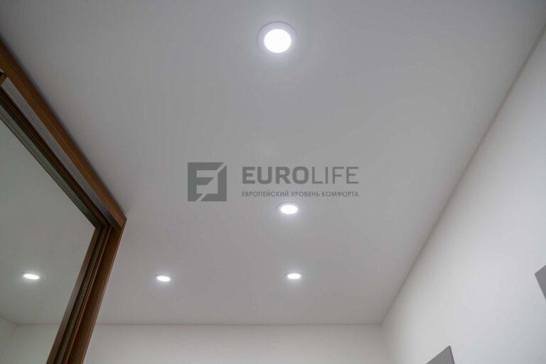 белый сатиновый потолок в прихожей со светильниками