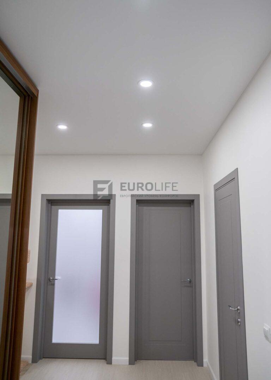 сатиновый потолок белого цвета в прихожей