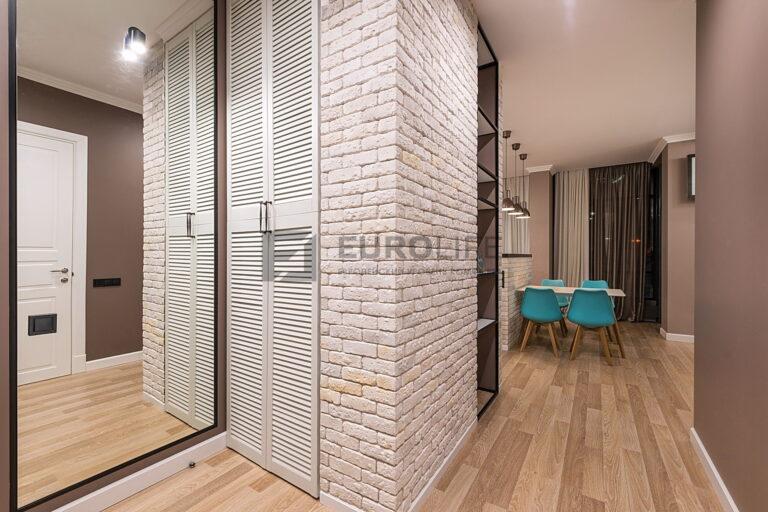 сатиновый потолок в прихожей квартиры студии