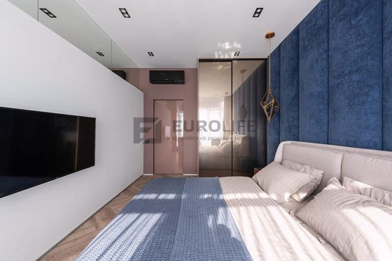 белый матовый потолок со светильниками и подвесом в спальне