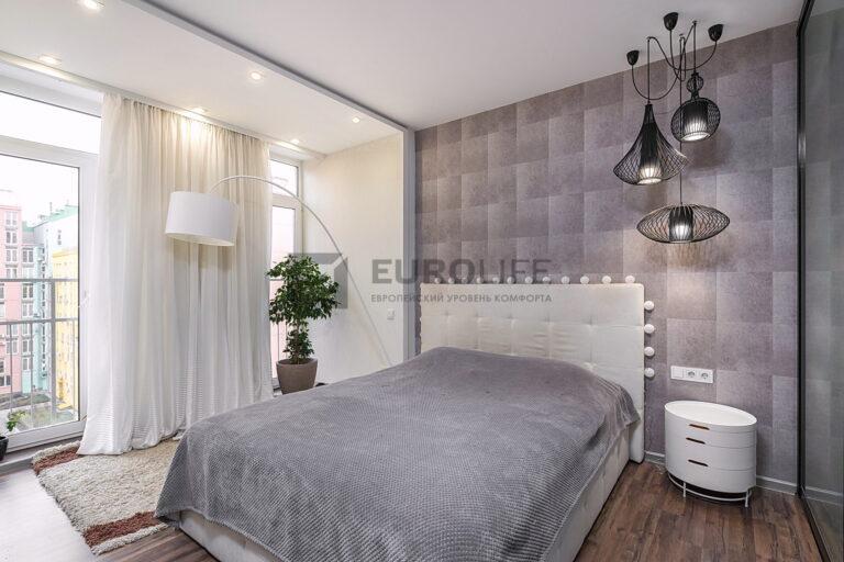 белый сатиновый потолок с подвесами в спальне
