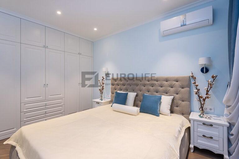 белый сатиновый потолок с точечными светильниками в спальне