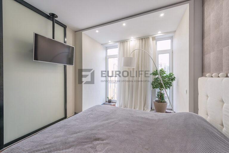 белый сатиновый потолок с закладной под крепление телевизора в спальне