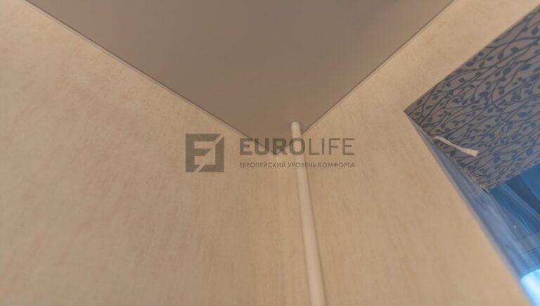 обвод труб в глянцевом потолке в спальне