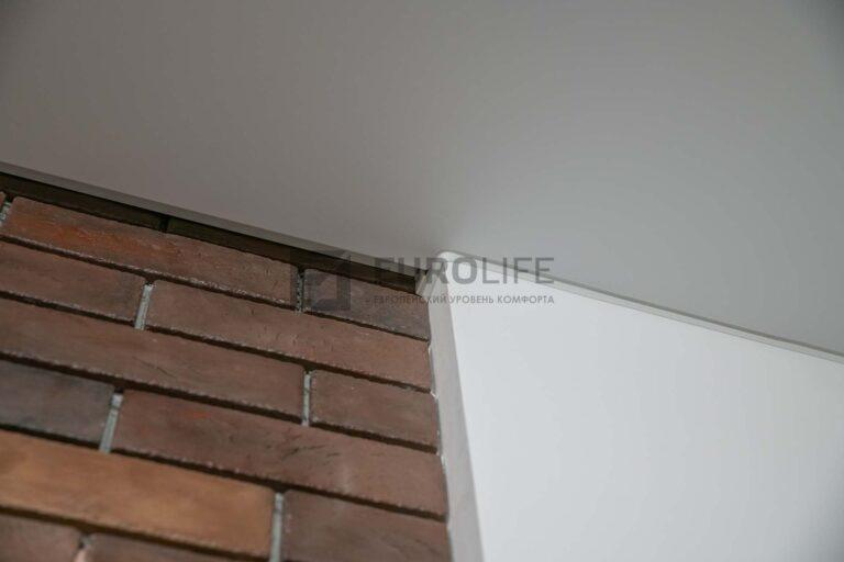 парящий профиль в белом сатиновом потолке