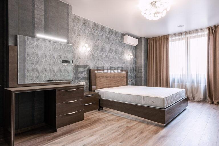 сатиновый потолок в спальне с вентиляционным отверстием