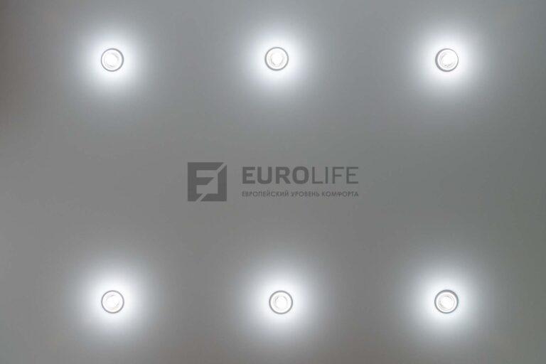 точечные светильники в белом сатиновом потолке