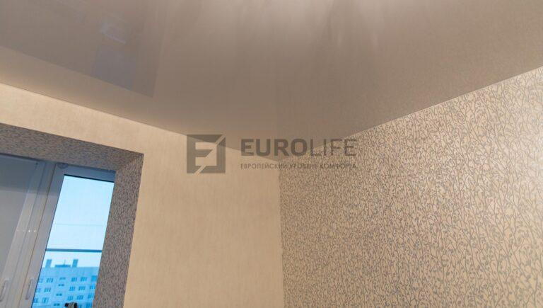 угол в глянцевом потолке в спальне
