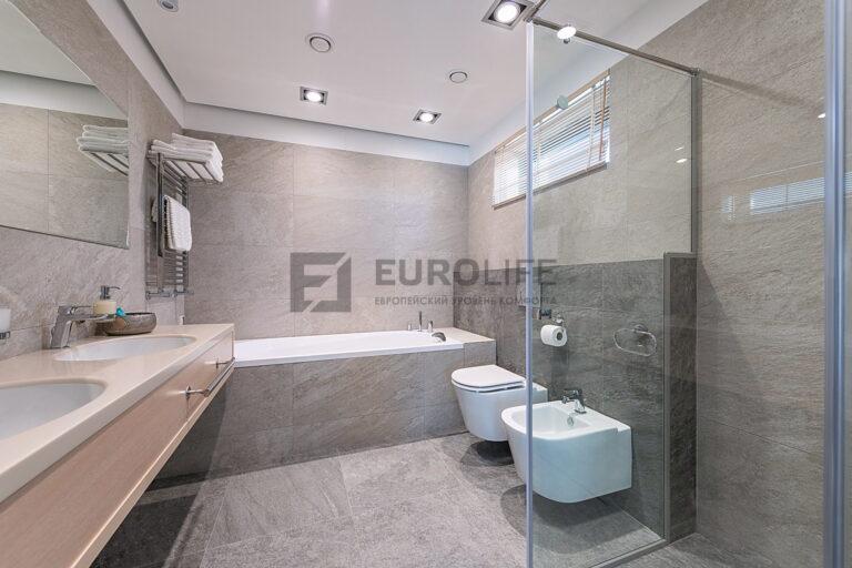 матовый потолок в ванную с нишами под подсветку и встроенной вентиляцией