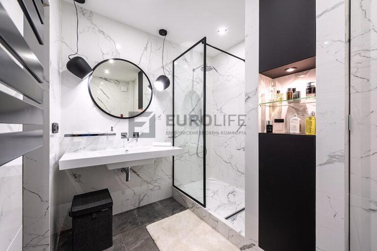 простой белый матовый потолок в стильной ванной