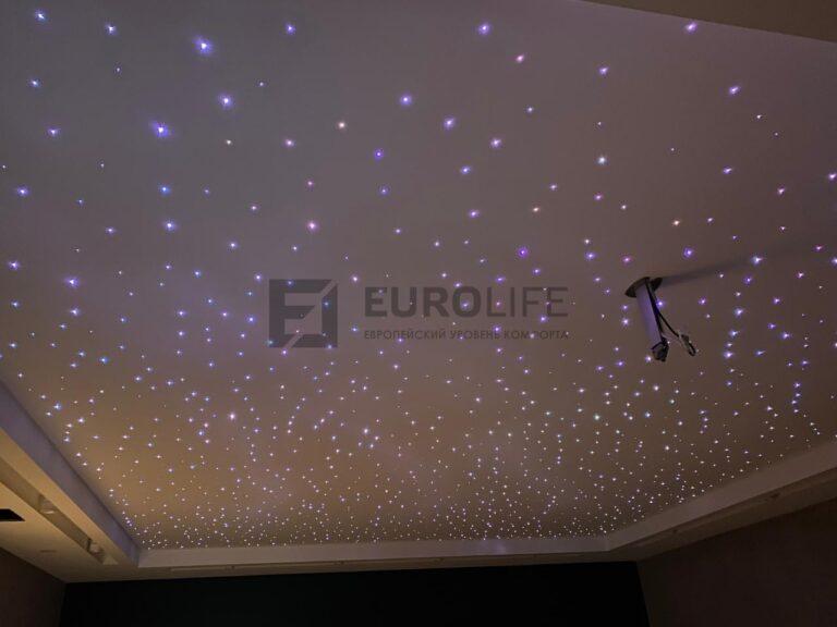 тканевый потолок со включенным оптоволокном в домашнем кинотеатре